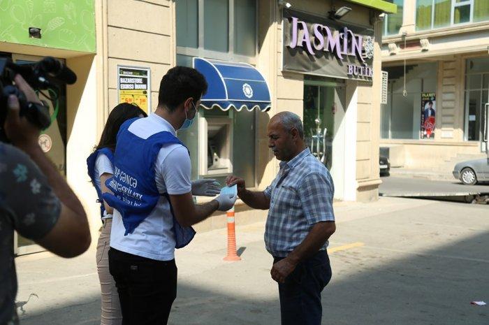 YAP Gəncə şəhər təşkilatının əməkdaşları vətəndaşlara tibbi maskalar paylayıblar VİDEO